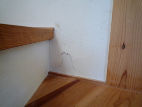 階段漆喰はがれ.jpg